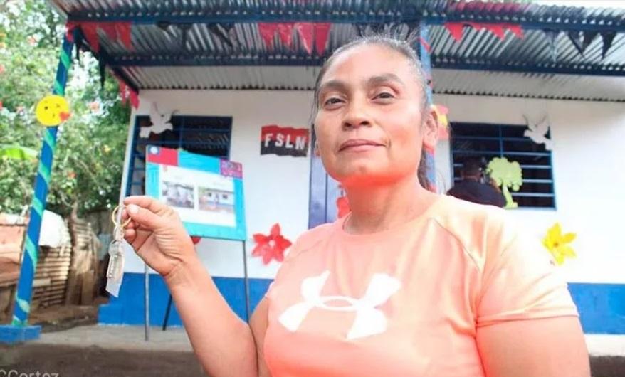 Familia de comarca Las Jagüitas recibe vivienda Managua. Radio La Primerísima