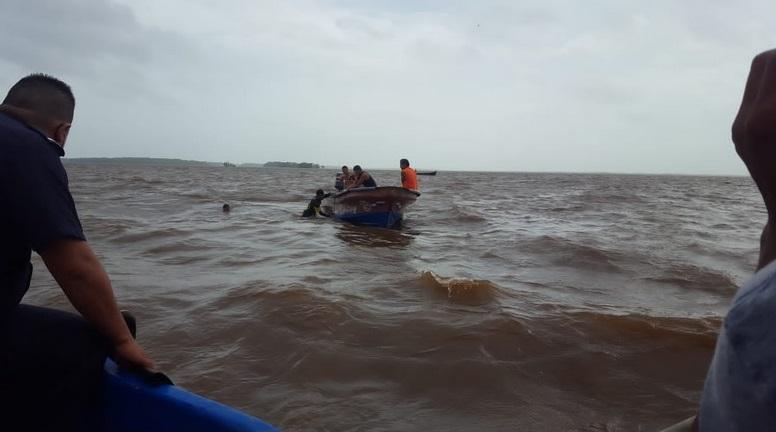 Rescatan cayuco que naufragó en bahía de Bluefields Managua. Radio La Primerísima