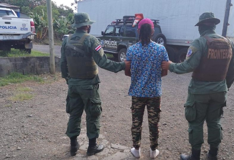 Capturan a tico que guiaba a migrantes nicaragüenses San José. Teletica