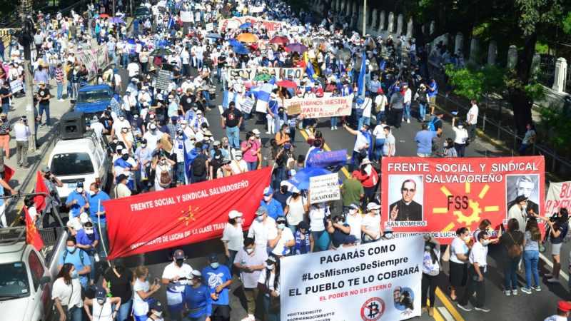 Miles de salvadoreños exigen la salida de Bukele San Salvador. Agencias