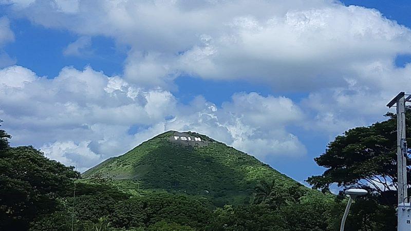 Listo rótulo con letras FSLN en cerro Motastepe Managua. Radio La Primerísima