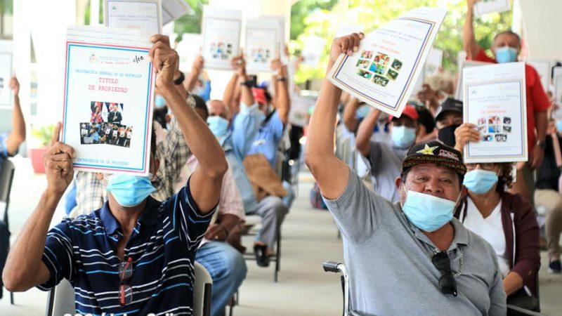 Entregan 100 títulos de propiedad a retirados Managua. Radio La Primerísima