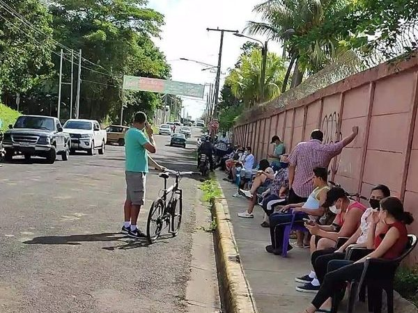 Ponen orden a los arribistas en filas para vacunación Managua. Radio La Primerísima