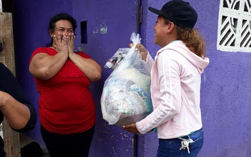Entregan paquetes alimenticios en Río Blanco Managua. Radio La Primerísima