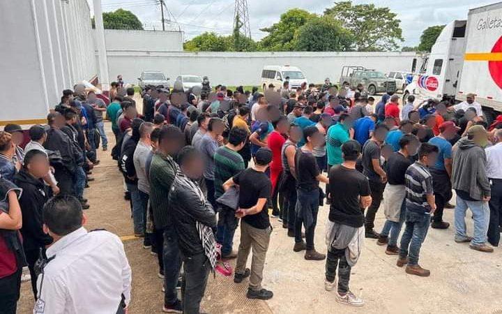 Decenas de migrantes viajaban en condiciones deplorables en un furgón en México Veracruz. Agencias