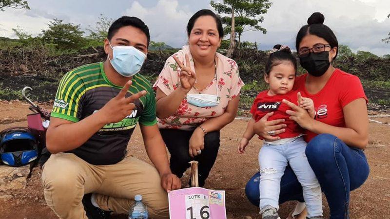 Más de 20 familias de Juigalpa reciben lotes de terreno Managua. Radio La Primerísima