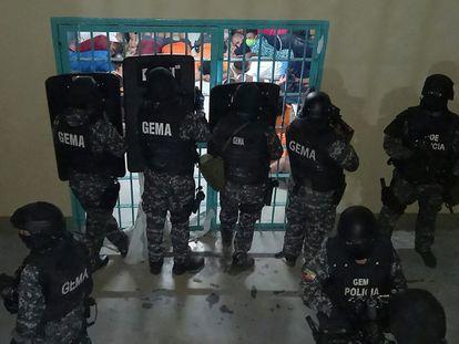 Siete reclusos se suicidan ahorcándose en Ecuador