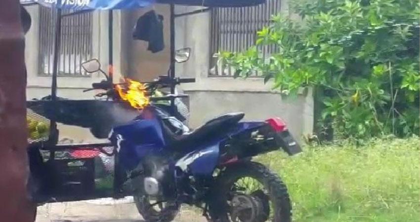 Agarra fuego triciclo utilizado para la venta de verduras en Estelí Managua. Radio La Primerísima